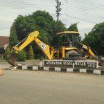 DLH Bongkar Tugu Taman Depan Polsek Kualasimpang
