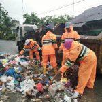 Aktifitas Petugas Kebersihan Aceh Tamiang di Hari Raya ke-2