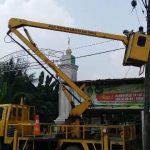 Petugas PJU DLH Perbaiki Lampu Jalan Kampung Suka Damai dan Kampung Balai