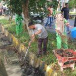 Petugas DLH Bersihkan Drainase Kompleks Perkantoran