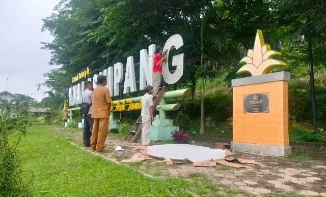 Mengganti Lampu yang Mati pada Huruf G di Selamat Datang Kualasimpang